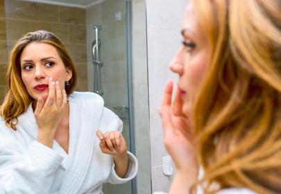 kobieta przegląda się w lustrze