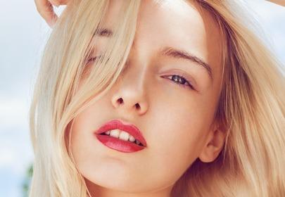blondynka z gładką cerą