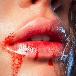 usta ubrudzone sokiem pomidorowym