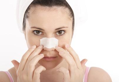 kobieta z plastrem na nosie