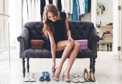 kobieta mierzy buty na wysokim obcasie