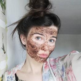 dziewczyna z maseczką kawową selfie