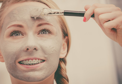 dziewczyna z maseczką na twarzy i aparatem na zębach