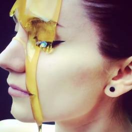 dziewczyna z miodem na twarzy