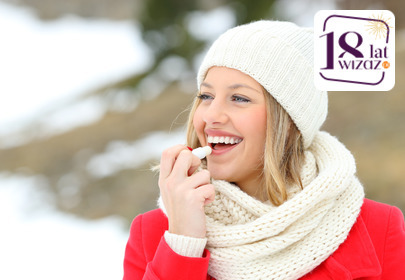 kobieta smaruje usta pomadką ochronną