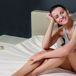 piękna kobieta z gładkimi nogami i zachwycającą cerą