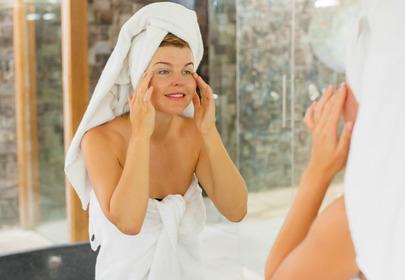 kobieta odbicie w lustrze