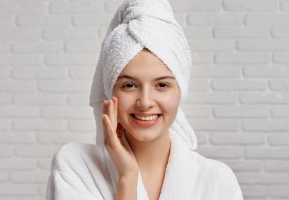 olej z wiesiołka na twarz na włosy trądzik atopowe zapalenie skóry trądzik łupież zniszczone włosy włosy wysokoporawate