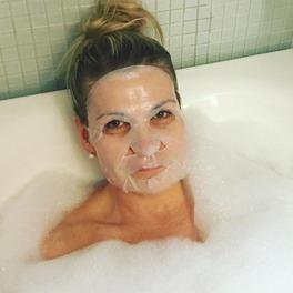 dziewczyna z maseczką w płachcie w kąpieli