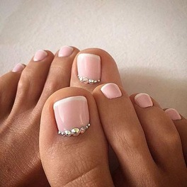 stopy z pomalowanymi na różowo paznokciami pedicure
