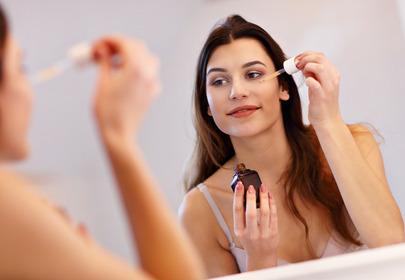 kobieta w łazience nakłada serum