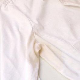 biała koszulka z żółtymi plamami pod pachami
