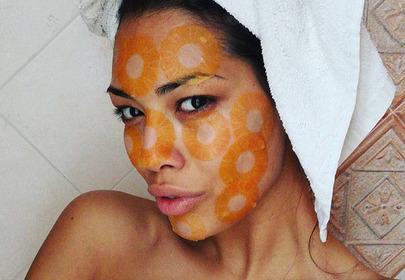 dziewczyna w slice mask - maseczce w formie plasterków