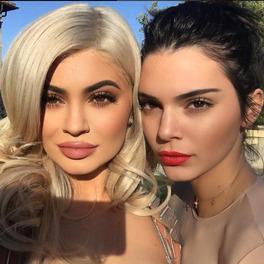 Kylie Jenner z ustami pomalowanymi na czerwono i Kendal Jenner w mocnym maikjażu robią sobie selfie