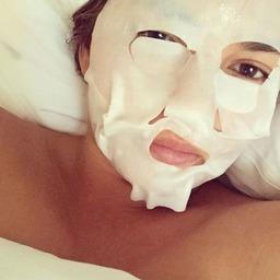 dziewczyna w maseczce sheet mask