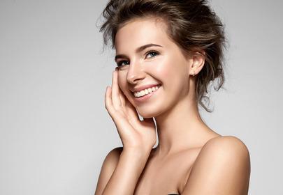 idealna cera kosmetyki uśmiechnięta kobieta