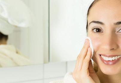 kobieta przecierająca twarz wacikiem