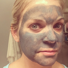 dziewczyna z oczyszczającą maseczką na twarzy