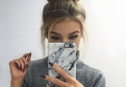 dziewczyna ze smartfonem