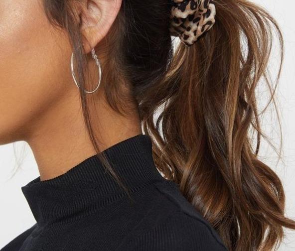 Podcinanie włosów w domu - sposób na kitkę