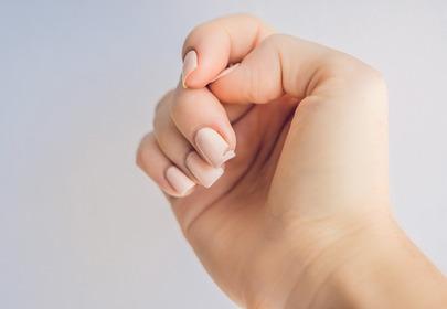 sposoby na złamany paznokieć