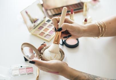 Ten rodzaj poradnika makijażowego wprowadza kobiety w błąd