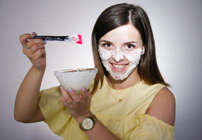 dziewczyna z domową maską rozjaśniającą
