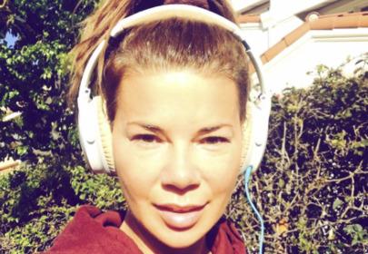 edyta górniak w słuchawkach na głowie robi sobie selfi na treningu w Los Angeles