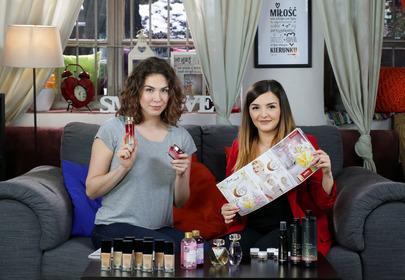 dziewczyny testują kosmetyki Avon