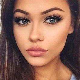 twarz dziewczyny z doskonale wymodelowanymi brwiami i przedłużanymi rzęsami