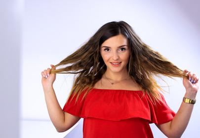 Dziewczyna układa fryzure