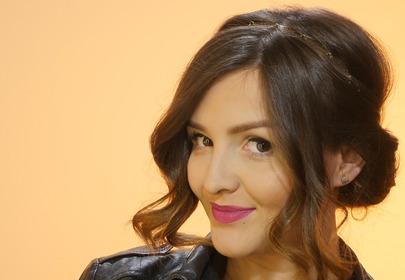Dziewczyna w koku zwiększającym objętość włosów