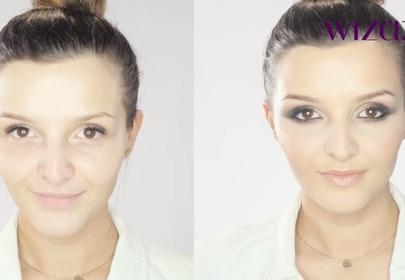 Kobieta pokazuje efekt makijażu przed i po