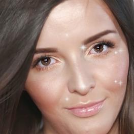 dziewczyna z rozświetlającym makijażem