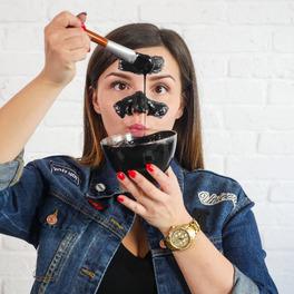 Dziewczyna robi maskę na wągry