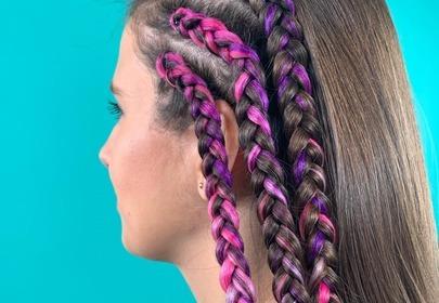 Modne fryzury 2020: kolorowe warkocze