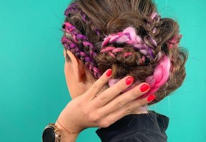 Modne fryzury 2020: upięcie z kolorowych warkoczy